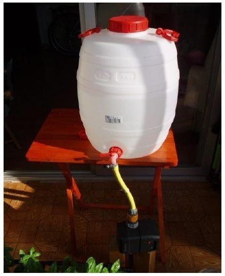 Depósito de agua para riego por goteo en el huerto