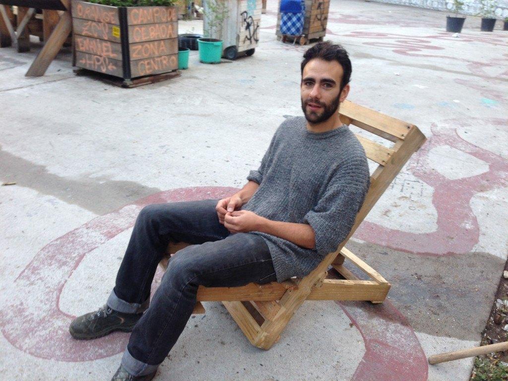 """Manu en """"la silla del descanso"""" después del trabajo"""