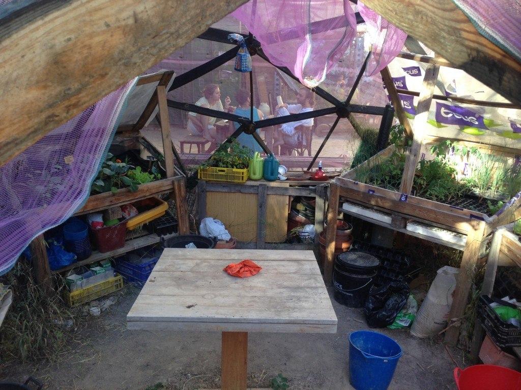 Perspectiva del interior de la cúpula-invernadero en Esta es una Plaza