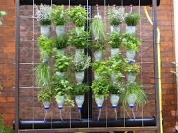 Huerto vertical construído con botellas recicladas (Fuente: www.plus.googleapis.com)