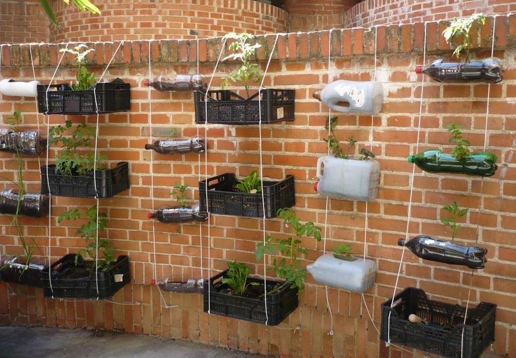 Huerto vertical construido a partir de cajones y botellas reciclados (Fuente: www.tiempodeactuar.es)