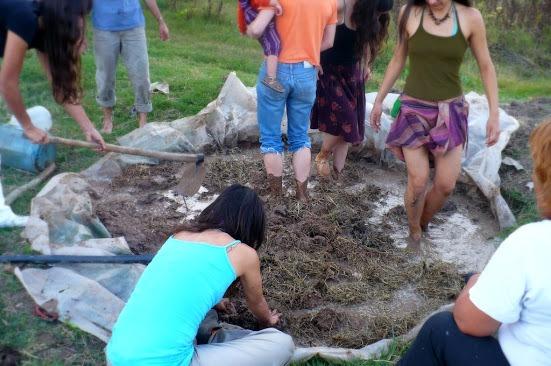Grupo de participantes de la huerta Santa Elena preparando adobe (Fuente: www.huertasantaelen.blogspot.com)