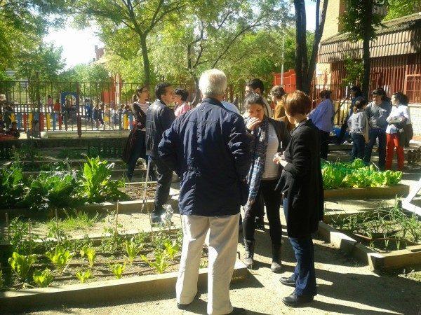 Padres en el huerto ecológico del CEIP Manuel Núñez de Arenas