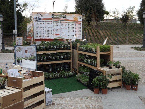 """Stand de """"El huerto del Abuelo"""" con una gran variedad de plantones y semillas a la venta"""