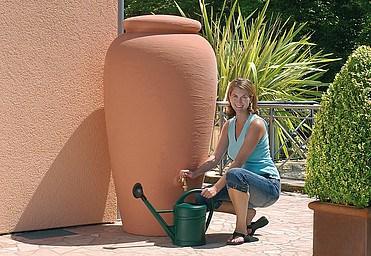 Vasija de barro, muy estética para utilizarla como colector de agua de lluvia (Fuente: www.estudioduqueyzamora.com)