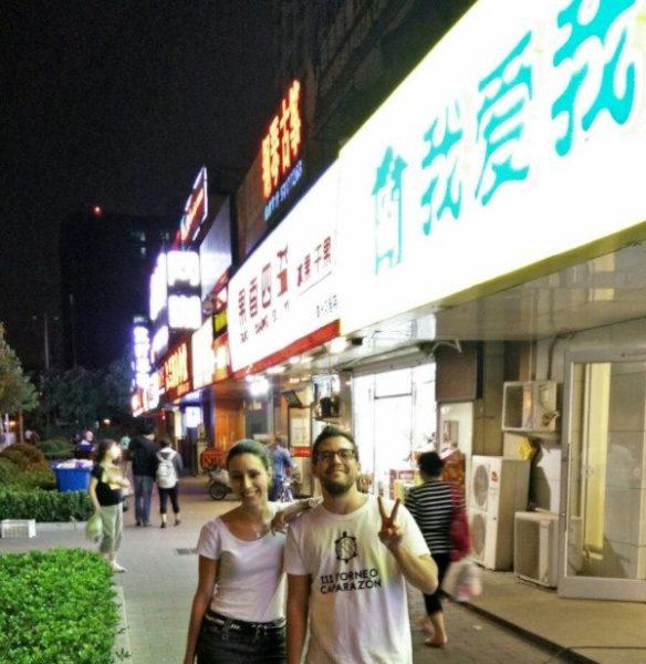 Álvaro y yo dando un paseo por nuestro nuevo barrio en Pekín