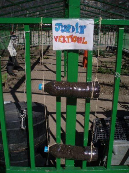 Jardín vertical reciclado en el huerto del CEIP Ciudad de Roma (Fuente: www.facebook.com)