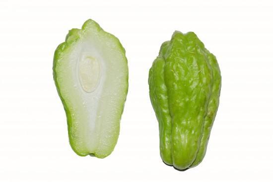 Como veis es un fruto muy carnoso, su semilla es grande y con forma de almendra. Fuente: https://es.wikipedia.org/wiki/Sechium_edule
