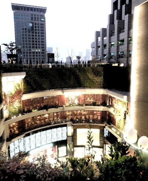 Jardín vertical en interior del Edificio K11 de Shangai