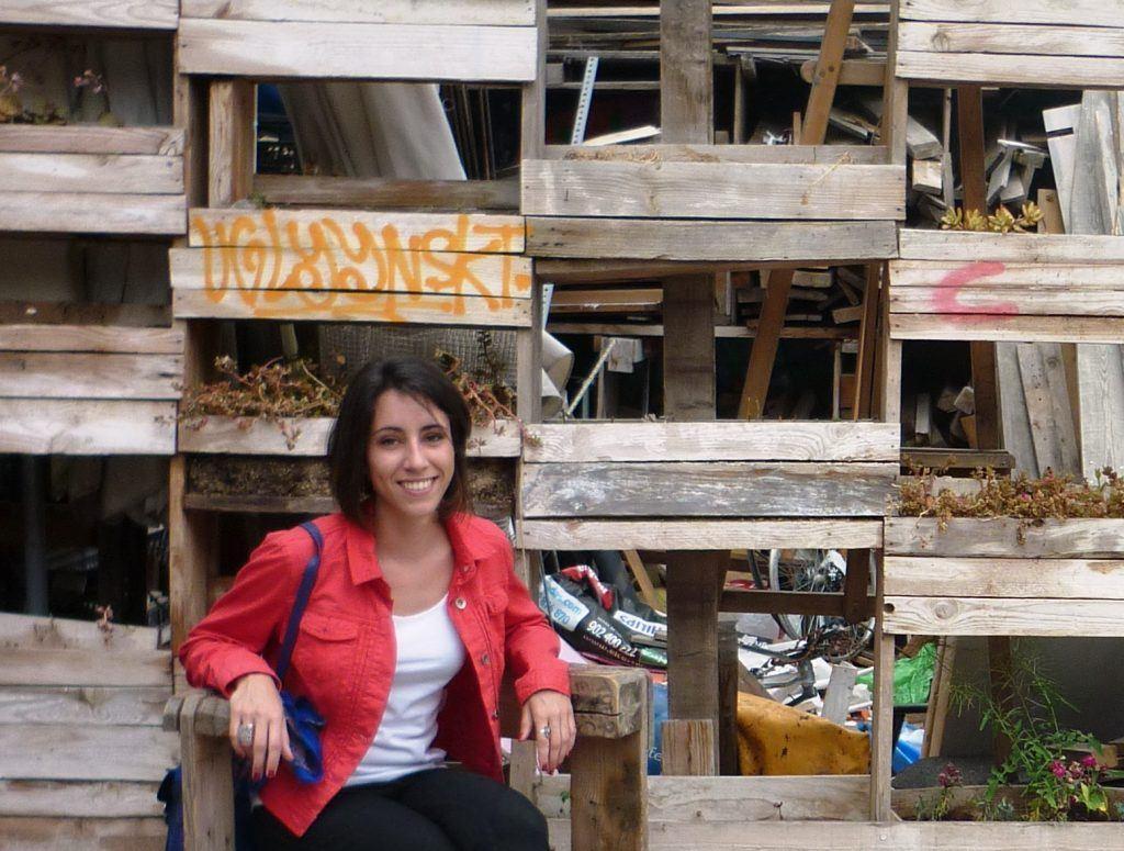 Huerto vertical hecho con cajas de madera en el Campo de Cebada.